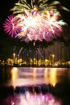 Fireworks Are Beautiful As They Go Wild And Plunge Into The Sky. Fireworks In Ala Moana, Honolulu, Hawaii Vacation Destinations, Dream Vacations, Fogo Gif, Beautiful Places, Beautiful Pictures, Ala Moana, Celebration Around The World, Fire Works, Hawaii Life