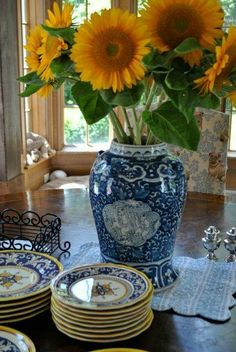 I have a thing for blue & white dishes - paired with sunflowers!!! IRRESISTABLE!!!
