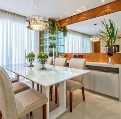 Столовая группа на фоне      низкой мебели кухни. Вместо зеркала телевизор на, предполагаемом нами, синем фоне