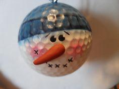 Ik heb genomen oude golfballen, gereinigd hen en schilderde ze te laten uitzien als sneeuwmannen. Deze heeft een blauwe hoed en heeft een polymeer klei neus. Hij hangt van een oog van de schroef. Ik heb andere kleuren. Gelieve te controleren mijn andere aanbiedingen