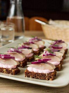 """Эти мини-бутерброды - отличнейшая закуска к водке, хреновухе или даже к пиву. Ну и просто вкусная еда для тех, кто, как я и некоторые мои друзья, любит селедку нежнейшей любовью.В сочетании """"хлеб-селедка-лук"""" нет абсолютно ничего нового. А вот если дополнить его пикантным соусом из сметаны и хрена - это уже получится что-то новенькое, хоть и [...]"""