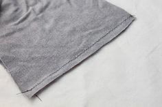 Hoje partilhamos aqui uma dica para que as costuras fiquem sempre o mais perfeitas possível.     Quando costuramos tecidos de malha com alg...