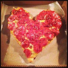 Pizza de pollo, tocineta y pepperoni. El amor entra por la cocina.
