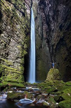 Cachoeira da Fumacinha, localizada no Parque Nacional da Chapada Diamantina, estado da Bahia, Brasil. É a queda d'água mais escondida da Chapada Diamantina, em um lugar tão majestoso que parece que estamos em uma Catedral da Natureza.