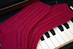 KARDEMUMMAN TALO: Romanttisten sukkien ohjekaaviot Knitting Charts, Knitting Socks, Ravelry, Music Instruments, Diy, Musical Instruments, Do It Yourself, Knit Socks, Bricolage