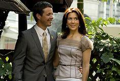 Mary og Frederik i Thailand. Frederik sender Mary et blik der siger alt. November 2008 Billedserie: Frederik som kærlig familiefar og ægtemand | Billed Bladet