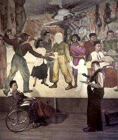 """Frida Kahlo, acompañando a Diego Rivera mientras pinta el mural """"Pesadilla de guerra, Sueño de paz"""", México, 1952"""