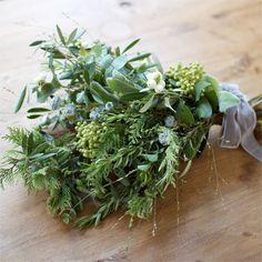 Bouquet Garni 森で集めてきたような枝と葉に、ハーブを合わせたブーケです。日常の空間でも、森の香りをお楽しみください。つるして飾っても素敵です。 そのままドライにして長く楽しめます。