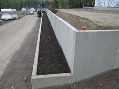 Utemiljøgrossisten as Støttemur L Element Retaining Wall Design, Concrete Retaining Walls, Garden Retaining Wall, Landscaping Retaining Walls, Front Yard Landscaping, Small Front Gardens, Sloped Backyard, Modern Patio, House Front