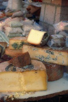 Mercado de los domingos en Cangas de Onís en Asturias. http://www.lugaresdeasturias.com/domingo-de-mercado-en-cangas-de-onis/