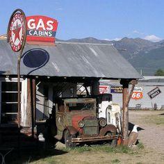 Old Gas Pumps, Vintage Gas Pumps, Vw Vintage, Vintage Trucks, Old Trucks, Vintage Homes, Vintage Signs, Abandoned Cars, Abandoned Buildings