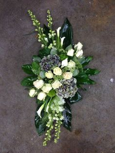 Grave Flowers, Cemetery Flowers, Funeral Flowers, Modern Floral Arrangements, Flower Arrangements, Retro Halloween, Ikebana, Flower Vases, Flower Decorations