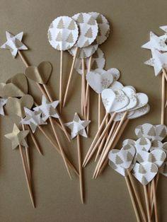 Pinchos para canapés de SweetCo con papeles navideños