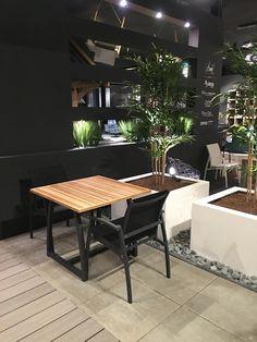 Showroom HaWé Outdoor #planter #white #bloembak #bloempot #square #furniture #buitenmeubelen #tuinmeubelen #tuin #garden #buiten #buitenleven #teak #teakhout #wood www.leemwonen.nl