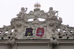Boven de oude gevel met speklagen van Bentheimer zandsteen werd een rococo daksierlijst aangebracht. Op de kroonlijst ziet men de wapens van de families Van Ens en Podt.
