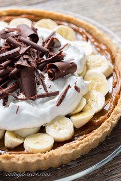 Banoffee Pie (Banana-Toffee) Caramel, Banana, Chocolate and Whipped Cream piled in a simple crust (Chocolate Banana Pie) Tart Recipes, Sweet Recipes, Baking Recipes, Banana Pie, Banana Cream, Banana Dessert, Easy Desserts, Delicious Desserts, Dessert Recipes