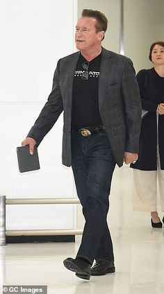 Pro: Arnold Schwarzenegger promoted his new film by wearing a Terminator: Dark Fate T-Shir. Hollywood Icons, Arnold Schwarzenegger, Tokyo, Blazer, Stars, Film, How To Wear, Movie, Films