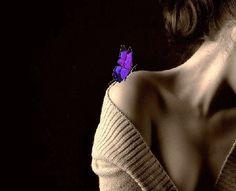 Девушка с разноцветной бабочкой на плече