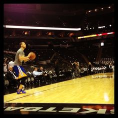 Steph Curry going through pregame shooting routine prior to tonights game in San Antonio. 90 minutes until tipoff.