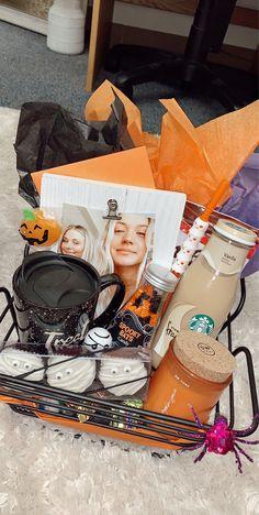 Halloween Gift Baskets, Halloween Goodie Bags, Fete Halloween, Halloween Inspo, Halloween Snacks, Halloween House, Holidays Halloween, Halloween Treats, Halloween Decorations