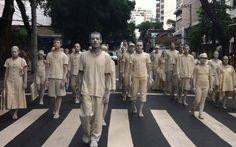 FOTOS: Manifestações pelo Brasil neste domingo, 30 - vestidos de branco e pedindo paz, grupo manifesta de forma artística