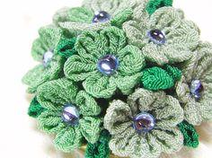 「プチ・ガーデン」 つまみ細工で咲いたお花です。 小さな小さなガーデンをあなたの胸に・・・おとなしめのグリーンとブルースワロの組合せで清楚な雰囲気です。●一越...|ハンドメイド、手作り、手仕事品の通販・販売・購入ならCreema。