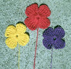 Aprende paso a paso como hacer flores de ganchillo. Cinco tipos de flores diferentes con instrucciones paso a paso. Alegra tu ropa esta primavera.