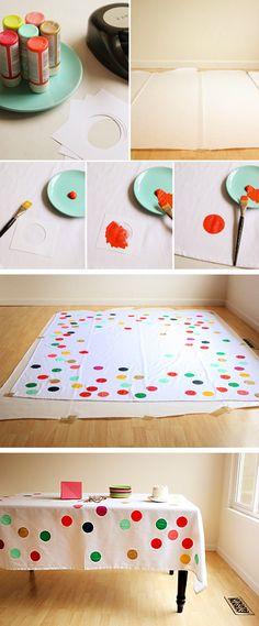 Estampagem relâmpago: tinta para tecido e molde com o desenho que desejar. Para que o molde dure mais tempo, uma dica legal é fazê-lo com materiais mais resistentes, como chapa de raio-x e papel cartão, evitando o uso de papeis mais finos.