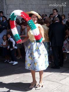 Noemí de boda con canotier de ala ancha Argentina y bolso abanico en Vitoria. Complementos by malonsilla. Con arco para baile vasco, aurresku