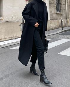 All-black minimal outfit ideas Black, minimalist outfit ideas All Black Outfits For Women, Black And White Outfit, Black Women Fashion, Look Fashion, Winter Fashion, Womens Fashion, Black Aesthetic Fashion, Feminine Fashion, Black Coat Outfit