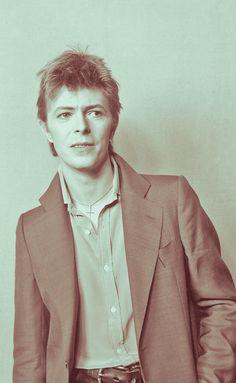 David Bowie, 1977 Aladdin Sane, The Thin White Duke, First Crush, Music Artwork, Ziggy Stardust, Amy Winehouse, David Jones, Creative Photos, Twiggy