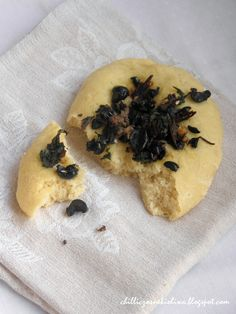 Chilli, czosnek i oliwa - blog o kuchni śródziemnomorskiej: La Puddica Brindisina - Drożdżowe chlebki z botwiną, anchois i oliwkami