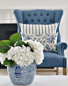 home decor styles The Yellow Brick Home - Pin Away Wednesdays: Beautiful Blue Decor and Treasures The Yellow Brick Home Blue Home Decor, White Decor, Home Decor Vases, Living Room Update, Home And Living, Small Living, Modern Living, Blue And White Living Room, Blue Living Room Decor