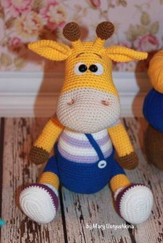 Симпатичная вязаная  игрушка жирафик Ральф в штанишках и кедах.  Автор описания и схемы жирафа амигуруми - Устюшкина Мария.