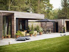 Image from Villa Bergman-Werntoft House by Johan Sundberg Arkitektur AB in Höllviken, Sweden Casa Loft, Modern Farmhouse Exterior, Bungalows, House In The Woods, Exterior Design, Pergola, New Homes, Villa, Backyard