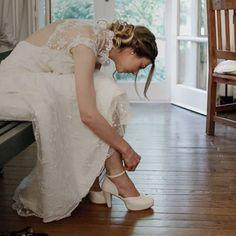 👰 Juli en plena preparación de su gran día. Eligió nuestro Modelo Piacenza, con taco de 8cm. y plataforma interna de 2 cm. ¡Gracias por confiar en nosotras! 💘  - #LailaFrank #Calzado #Shoes #Novias