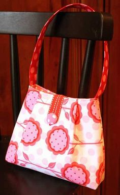 This is a relatively quick little purse to make, and it's the perfect size for a little girl or, with a shorter strap, it would be a great clutch bag for e