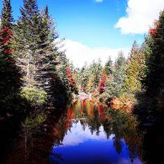 28 randonnées faciles au Québec pour voir les couleurs d'automne sans trop suer - Narcity River, Mountains, Nature, Outdoor, Colors, Landscape, Outdoors, Naturaleza, Outdoor Games