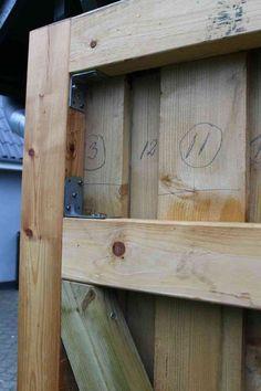 Dør til skur forstærket med vinkelbeslag Diy Garage, Garden Gates, Outdoor Projects, Diy Woodworking, Facade, Barn Doors, Architecture, Screen Doors, Design