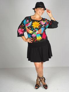 """Hermosa blusa Otomi. Color blanca y con brillantes bordados multicolor. Bordada a mano. Este modelo se llama """"M'üi"""" o Vida. Esta Hermosa!"""