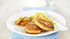 Try this Grove fiskekaker med karristuede rotgr Homemade Fish Cakes, Fish Cakes Recipe, Fish Recipes, Seafood Recipes, A Food, Good Food, Yummy Food, Delicious Recipes, Pan Roasted Potatoes
