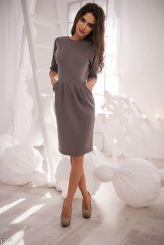Серое платье-футляр с вырезом на спине-2674: 760 руб в Москве на issaplus.ru