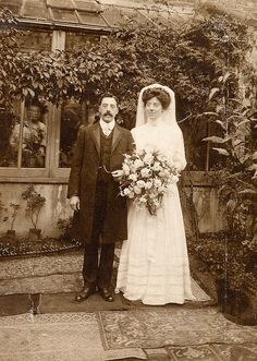 Ghost Images, Ghost Photos, Real Ghost Pictures, Scary Stories, Ghost Stories, Paranormal Pictures, Spirit Photography, Ghost Bride, Ghost Hauntings