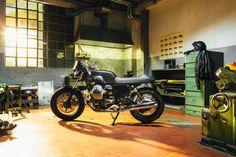 Moto Guzzi, Guzzi V7, Bike Lift, Bike Tools, Bike Poster, Motorcycle Shop, Honda Cb750, Moto Style, Bike Parts