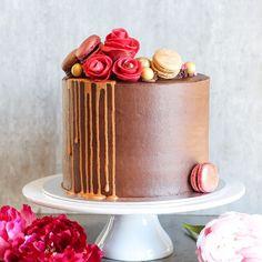 """Matblogg • Oppskrifter • Kaker on Instagram: """"En sprek jubilant ønsket seg en mørk sjokoladekake fylt med bringebærkrem og salt karamellmousse. Jeg fikk også børstet støv av gamle…"""" Panna Cotta, Cake, Ethnic Recipes, Desserts, Food, Tailgate Desserts, Dulce De Leche, Deserts, Kuchen"""