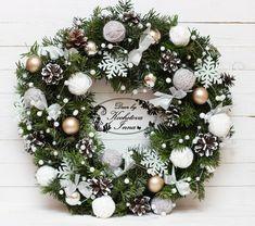 Veja mais no site Rose Gold Christmas Decorations, Christmas Tablescapes, Christmas Tree Decorations, Christmas Crafts, Holiday Wreaths, Holiday Decor, Pine Cone, Google, Fairy Lights