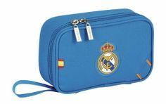 Esta colección de papelería escolar del Real Madrid está basada en la segunda equipación oficial del club blanco para la temporada 2013/2014. El color de fondo de esta nueva línea de material para el cole es el azul. También se utiliza el naranja en los pequeños detalles de la colección, creando un agradable contraste a la vista. Dimensiones: 20 cm x 13 cm x 6 cm.