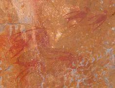 Pinturas rupestres.La cultura San ese basaba la mitología transmitida de generación en generación y conservada de manera oral y en las pinturas de las cavernas. Las más viejas de estas representaciones pictóricas han sido datadas en una antigüedad de 70.000 años. Los pigmentos se fabricaban con polvo mineral fijado con grasa. Son pinturas simples y directas, mucho más antiguas que las que se han encontrado en Europa.