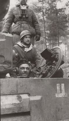A Tiger I of the SS Panzer Division 'Das Reich', with Fallschirmjager hitching a ride. Military Photos, Military History, Ww2 Pictures, Military Armor, Tiger Tank, Armored Fighting Vehicle, Ww2 Tanks, Battle Tank, German Army