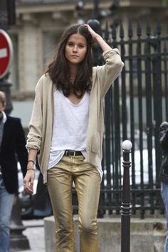 Looking for more gold fashion & street style ideas? Check out my board: Gold Street Style by Street Style // Gold Fashion // Spring Outfit Gold is a very strong color, but if it's with beige like this, it makes the style very simple and neat! Metallic Jeans, Gold Jeans, Metallic Gold, Metallic Fashion, Gold Gold, Blue Jeans, Looks Street Style, Looks Style, Style Me